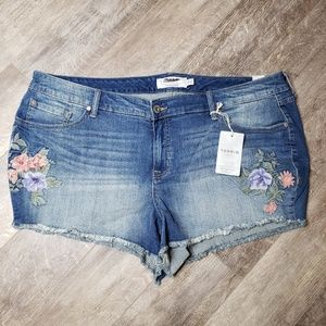 NWT Torrid Flower Embroidered Cut Off Jeans - 24